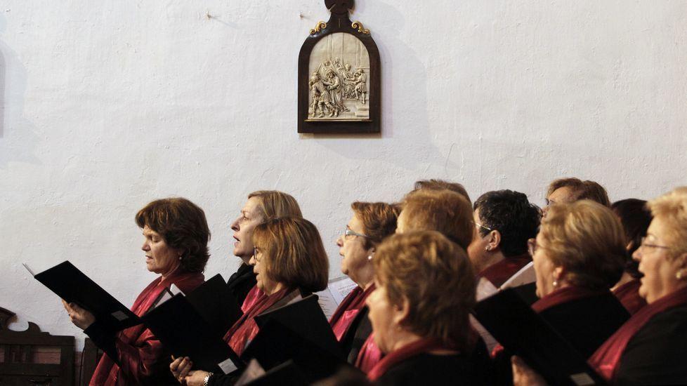 El coro de Xograres de Lemos cantó durante la misa de San Blas en A Régoa