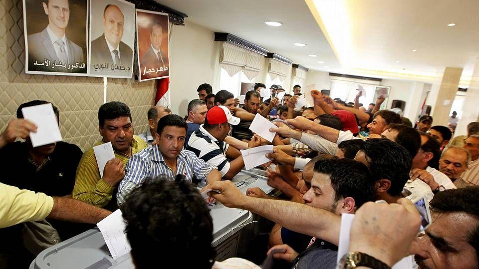 Numerosos ciudadanos sirios residentes en el Líbano, emiten su voto en un centro electoral establecido en la embajada siria de Yarzeh