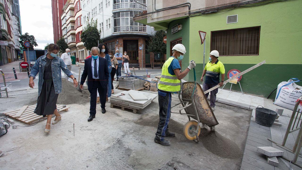 Visita de la alcaldesa de Lugo y del presidente de la Diputación a las obras de peatonalización en Recatelo