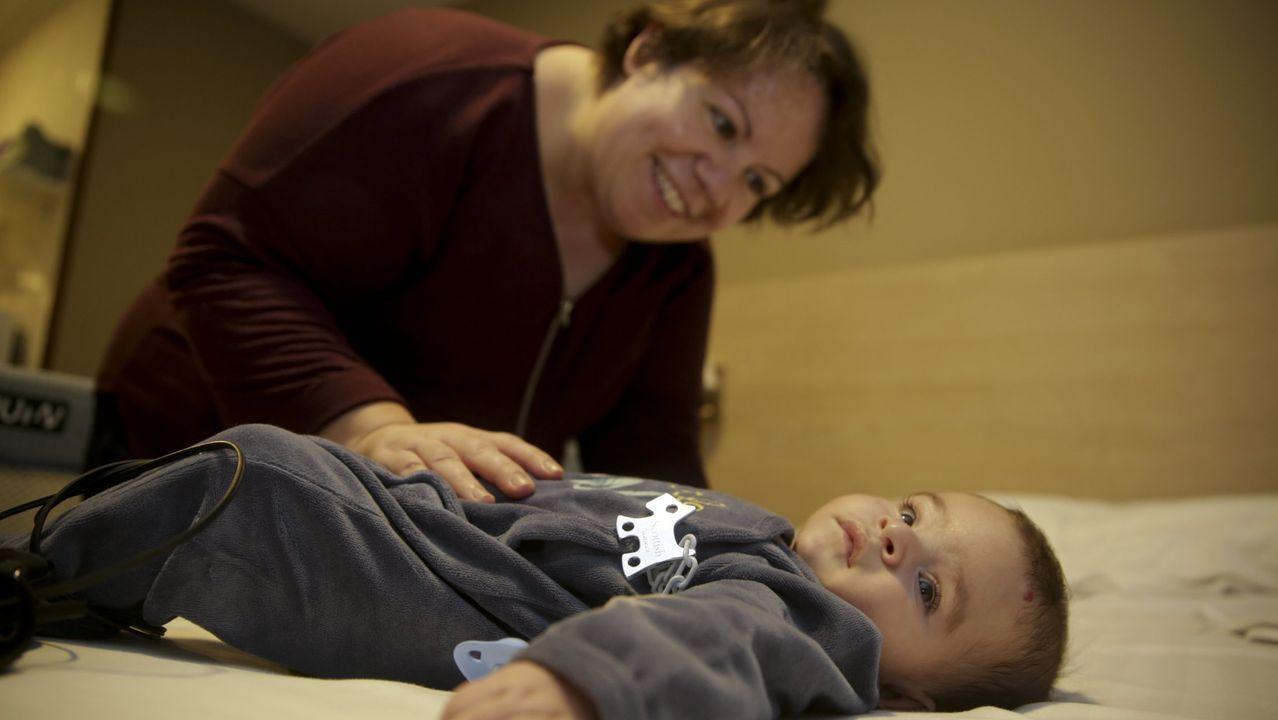 El Materno se sumerge en el mundo marino gracias a la Fundación María José Jove.Lois, con su madre Daniela, uno de los niños del Hotel de Corazones