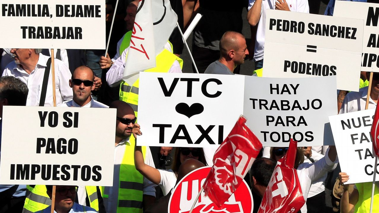 Cientos de conductores de vehículos de alquiler con conductor (VTC), congregados por la Asociación de Autónomos de los VTC, UGT y el Sindicato Libre de Transporte, en Madrid