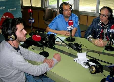 <span lang= gl >Anticipo en Radio Voz</span>. José de Beti, Chema Rey Lema e Ricardo Vigueret pasaron polos estudios de Radio Voz para explicar a importancia do autor baiés Enrique Labarta Pose.