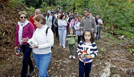 Medio centenar de personas participaron en el roteiro por la parroquia de Salcedo.