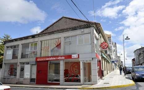 Nueva sede socialistas en el centro de Silleda mientras la antigua está en alquiler pero mantiene rótulo.
