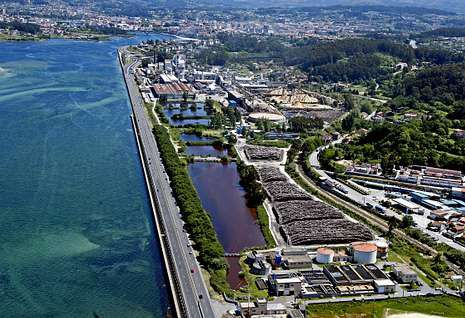 Vista aérea de la planta de Ence en la ría de Pontevedra, cuya concesión acaba en cuatro años.