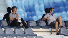 Vázquez, en la grada durante el partido junto al analista David Sánchez
