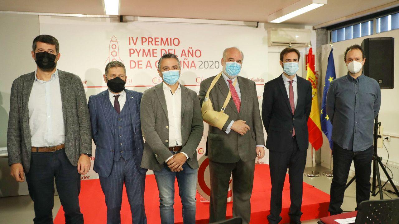 Gaspar Barreras, tercero por la derecha, junto al resto de galardonados del IV Premio Pyme del Año de A Coruña en 2020