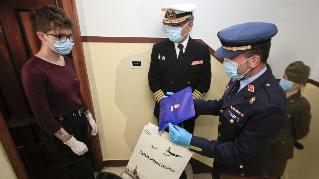 Militares de de Lugo feliciitan a un joven por sus 18 años