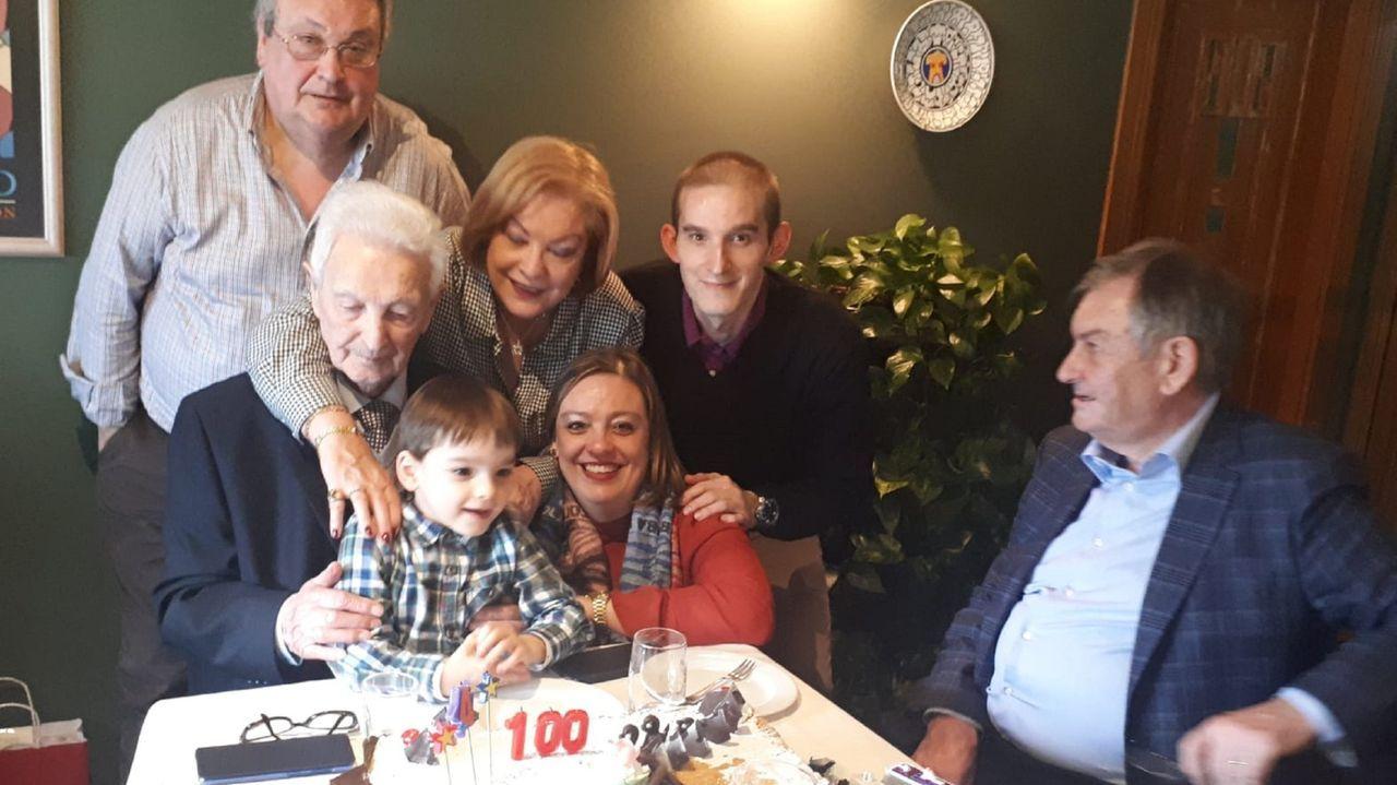 MIguel Durán Rey, con su bisnieto, Miguel, y el resto de la familia, en la celebración del centenario, en febrero de 2020