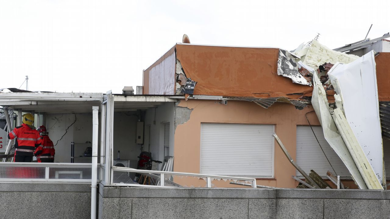 Edificio en Arteixo, enfrente de Pescanova, que le voló el tejado
