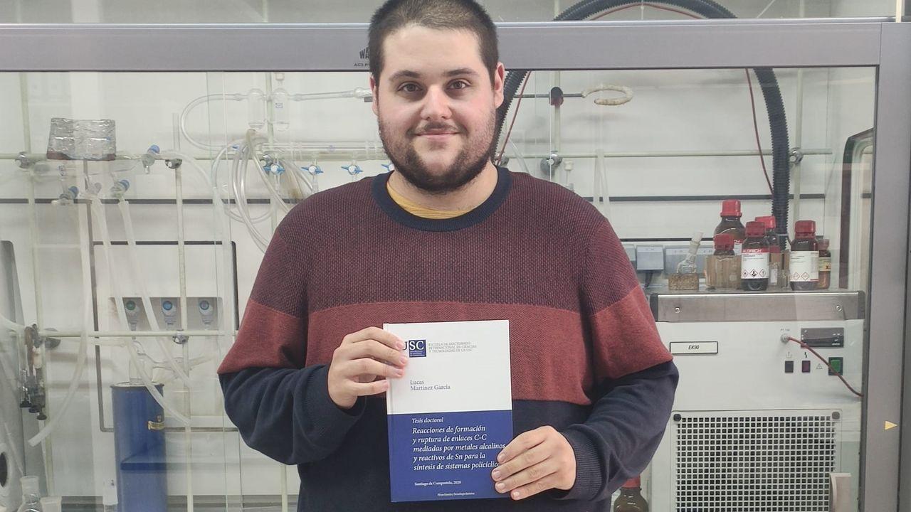 Homenaje a su padre. Lucas Martínez García, en el laboratorio del Ciqus de la USC con su tesis doctoral, que dedica a su padre, conocido como Mariño o Toñito da Pantalonera de Celeiro, fallecido en el 2019.