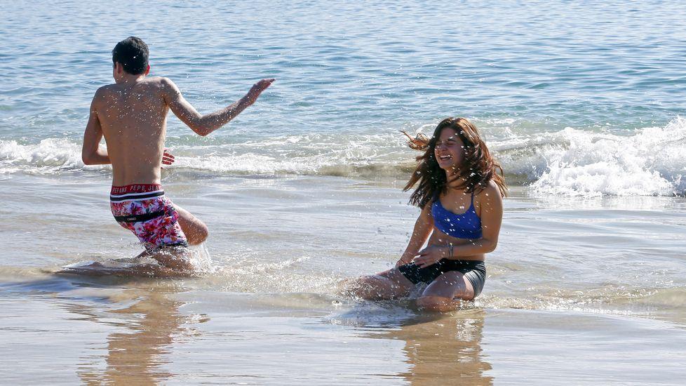 Bañistas en la playa de Silgar, Sanxenxo