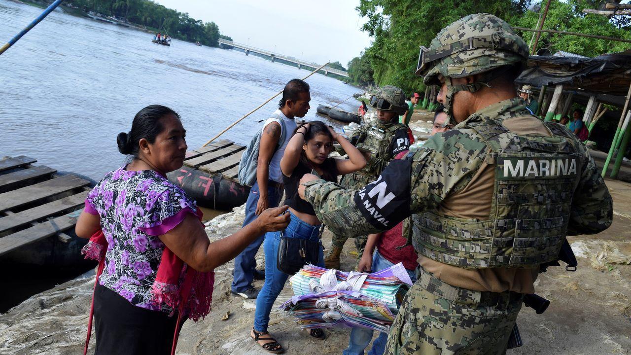 Alejandro Giammattei gana las elecciones en Guatemala.Un miembro de la policía naval procede a la identificación de una mujer guatemalteca que cruzó el río Suchiate en una balsa desde Tecun Uman, en Guatemala, hasta Ciudad Hidalgo