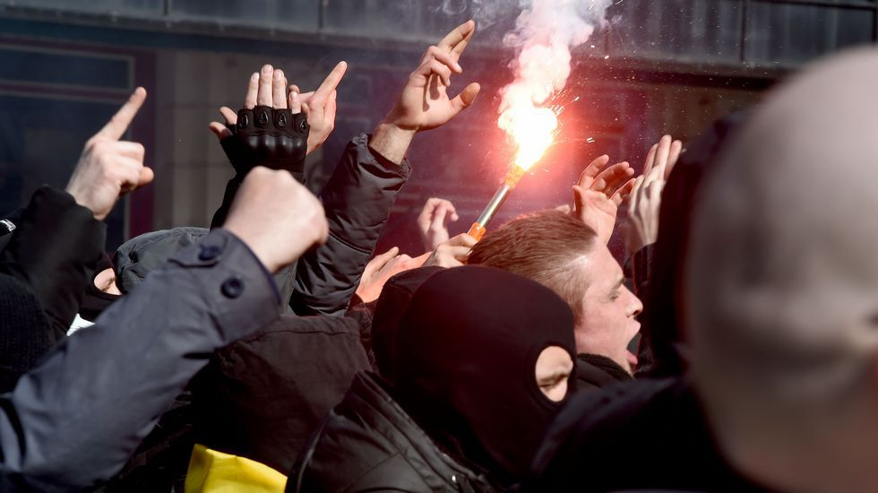 La policía belga evita que cientos de neonazis revienten la concentración