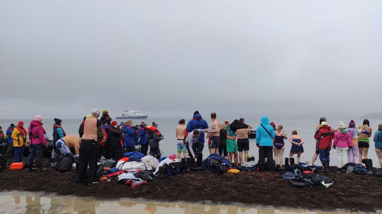 Turistas dándose un baño en «la última frontera de la Tierra».El volcán Taal, expulsando cenizas y humo