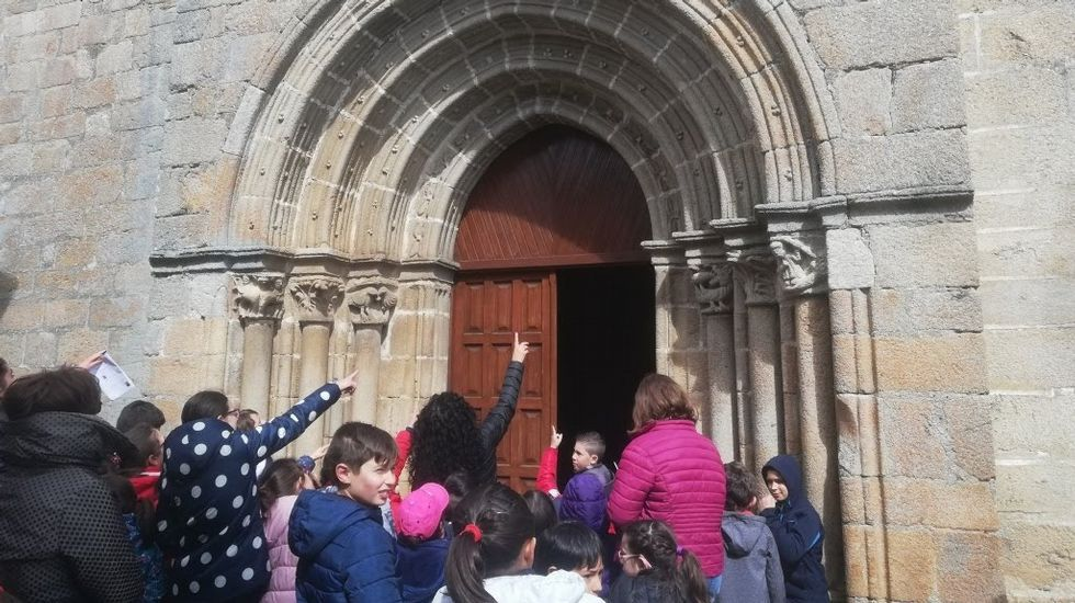A excursión incluíu paradas en tres igrexas románicas
