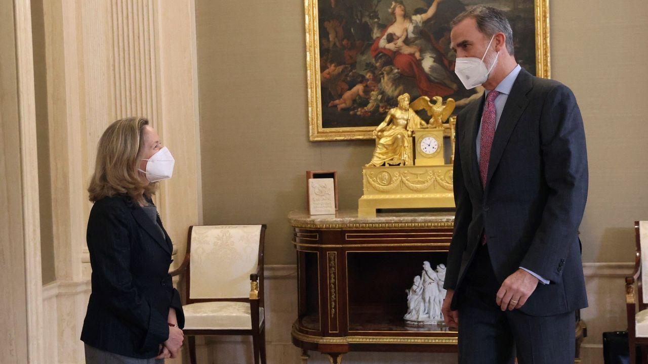 Felipe VI, junto a la vicepresidenta tercera del Gobierno, este jueves en una recepción al Consejo Asesor de Inteligencia Artificial