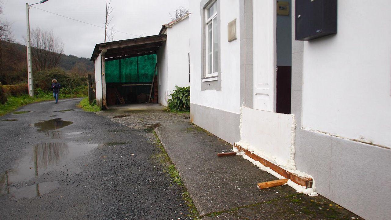 Una vivienda de Neda con la puerta sellada ante la posible crecida del Belelle