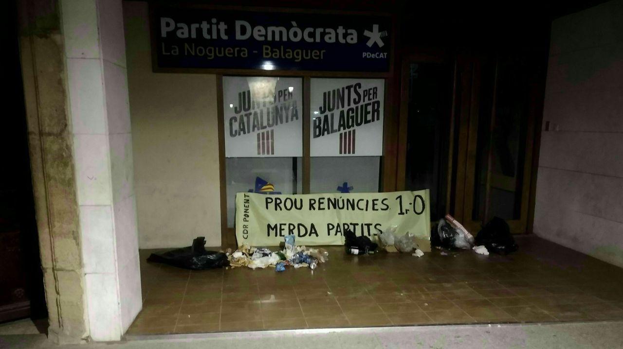 ¡Mira las espectaculares fotografías de la Travesía Sisargas de Malpica!.Los CDR depositaron basura delante de las sedes del PDeCAT y ERC, a los que acusan de haber «traicionado» el proceso secesionista