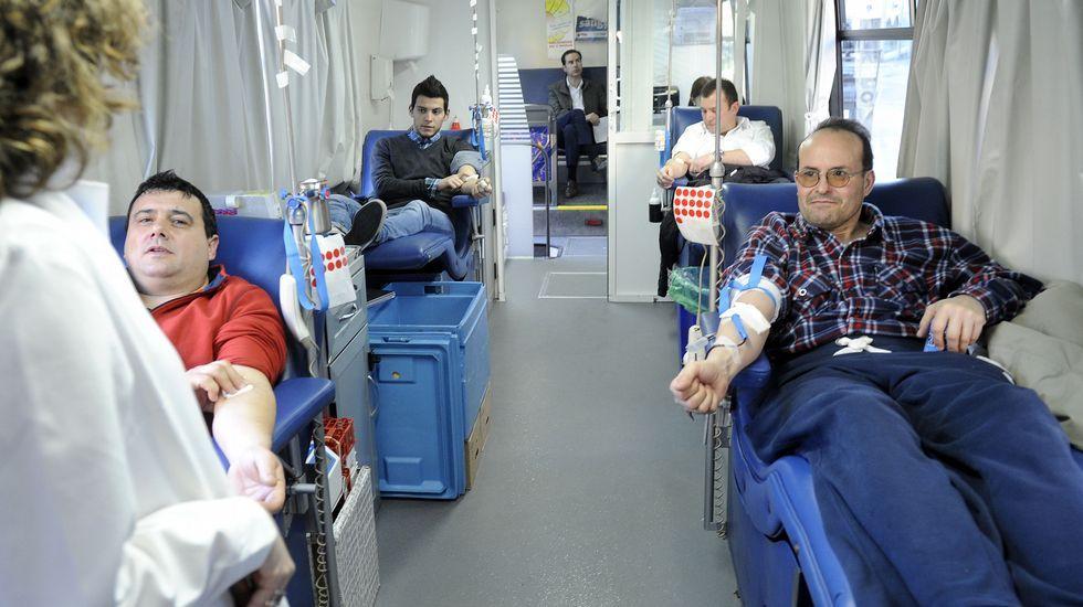 Una donación reciente durante la visita de la unidad móvil a Carballo.