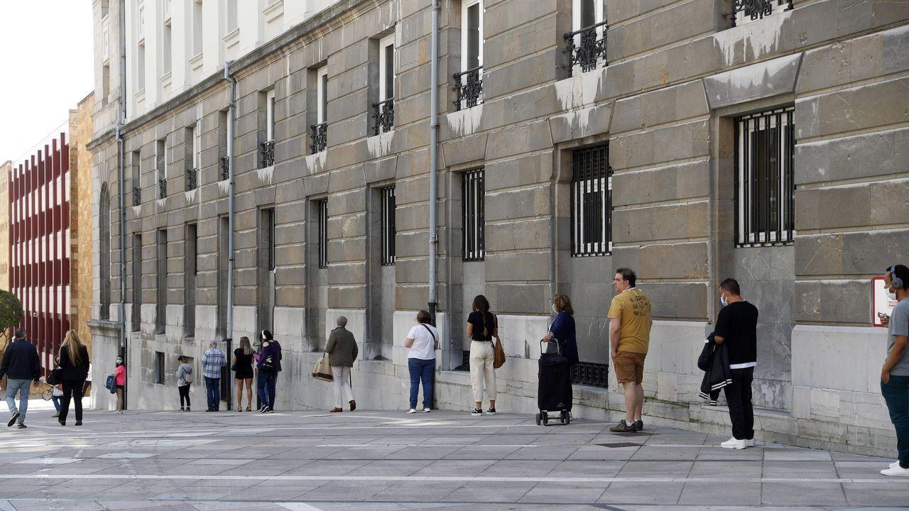 Visitantes Feria de Muestras Asturias.Cola en el lateral del teatro Campoamor de Oviedo para acceder hoy lunes a la oficina principal de Correos.