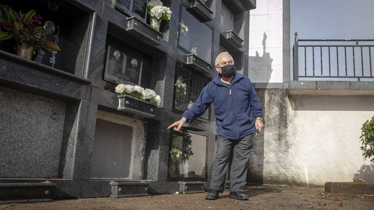 Daniel Mallo muestra el nicho que fue tapiado después de que profanaran la tumba de su prima