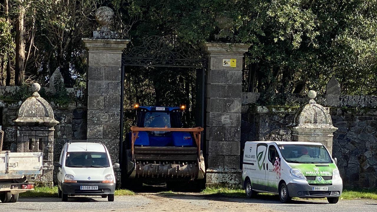 Homenaxe a República no monumento das Rosa Rotas en Vilagarcía.Un tractor de grandes dimensiones accediendo al pazo de Meirás a mediados de marzo para acondicionar las zonas verdes