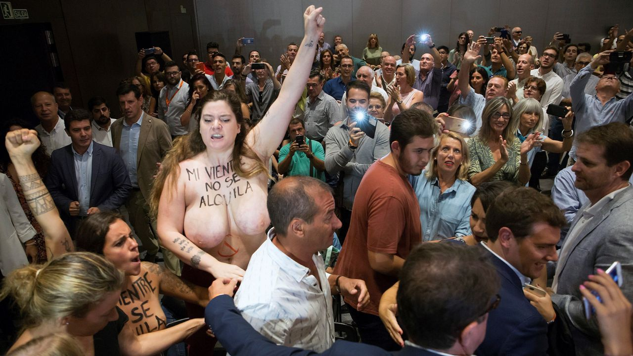 Activistas de Femen increpan a Albert Rivera a propósito de la gestación subrogada.Casado se estrenaba ayer como líder del PP en el Congreso