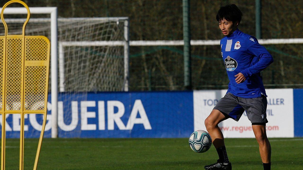 Todos los futbolistas con contrato con el Deportivo.Juan Rodriguez, durante el partido contra el Bergantiños