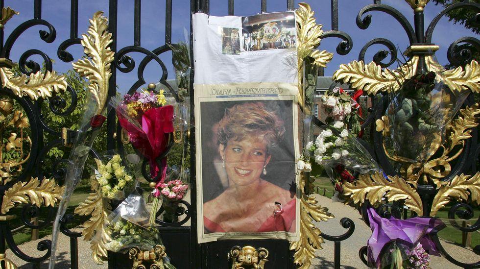 El sofisticado estilo de Kate Middleton.Flores en las puertas del palacio de Kesington en recuerdo de la princesa Diana de Gales