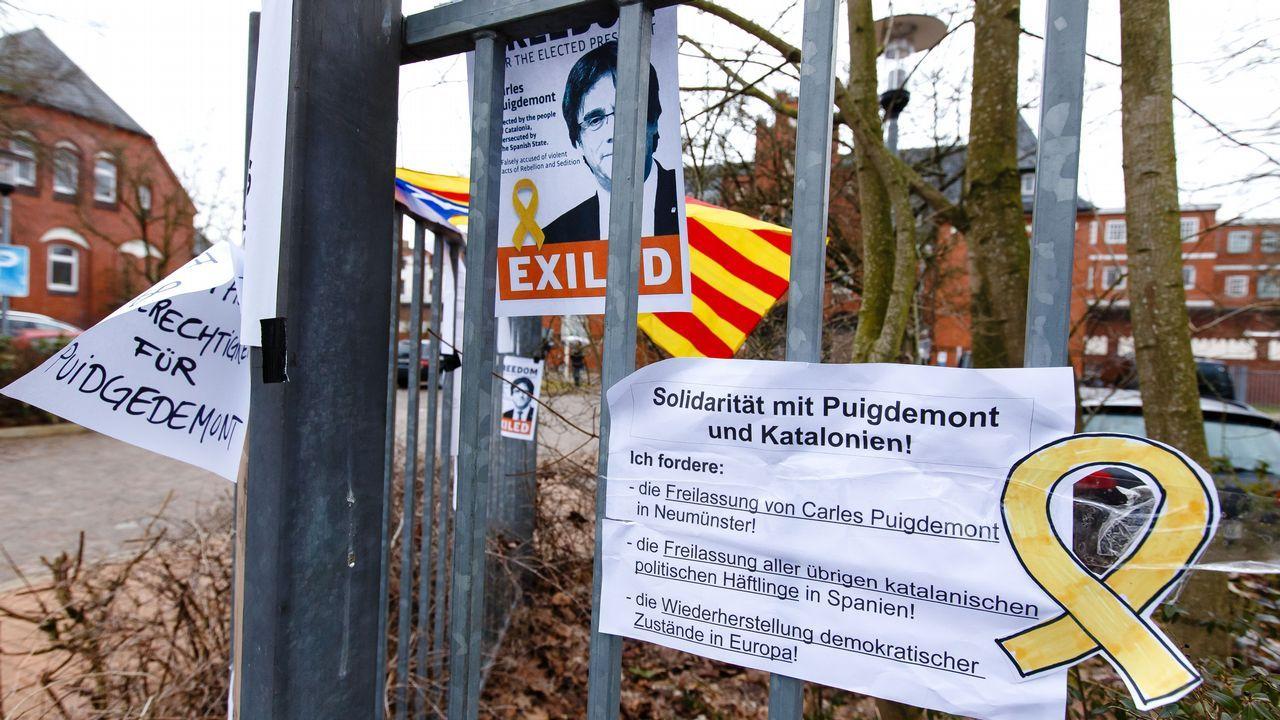 Carteles en solidaridad de Puigdemont en el exterior de la cárcel alemana de Neumünster