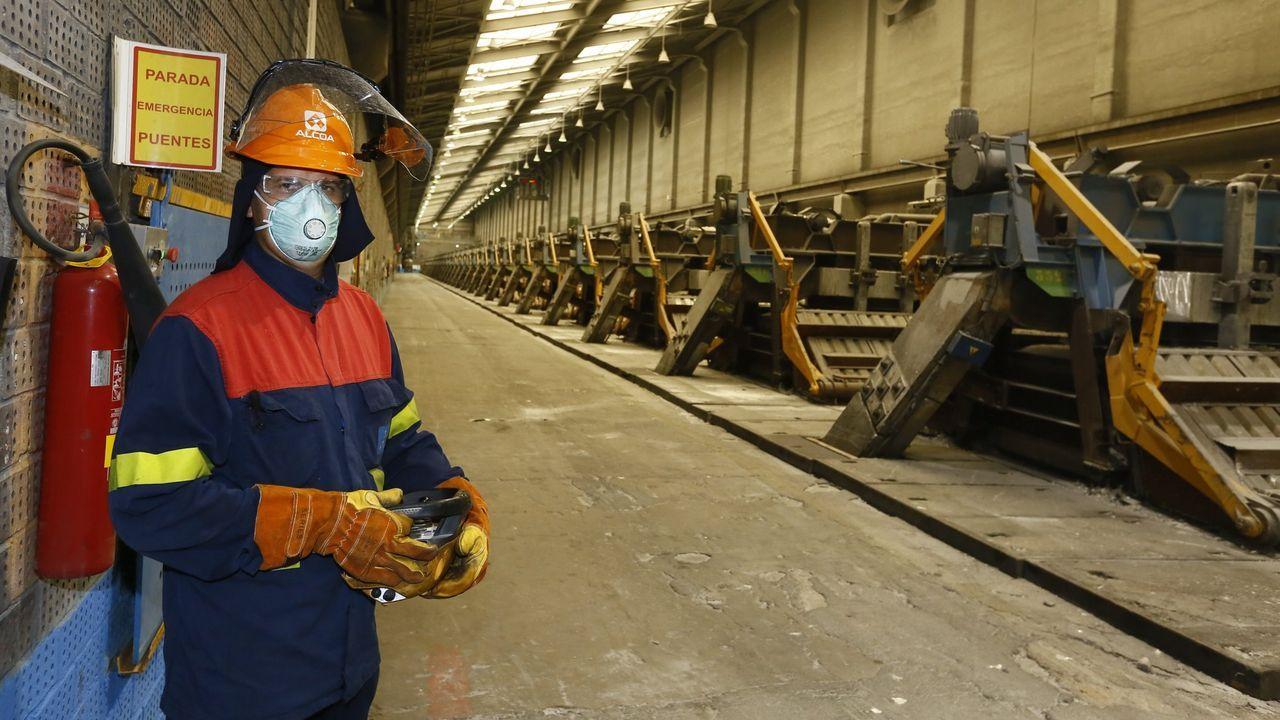 Foto de archivo de cubas de electrolisis en la fábrica de San Cibrao