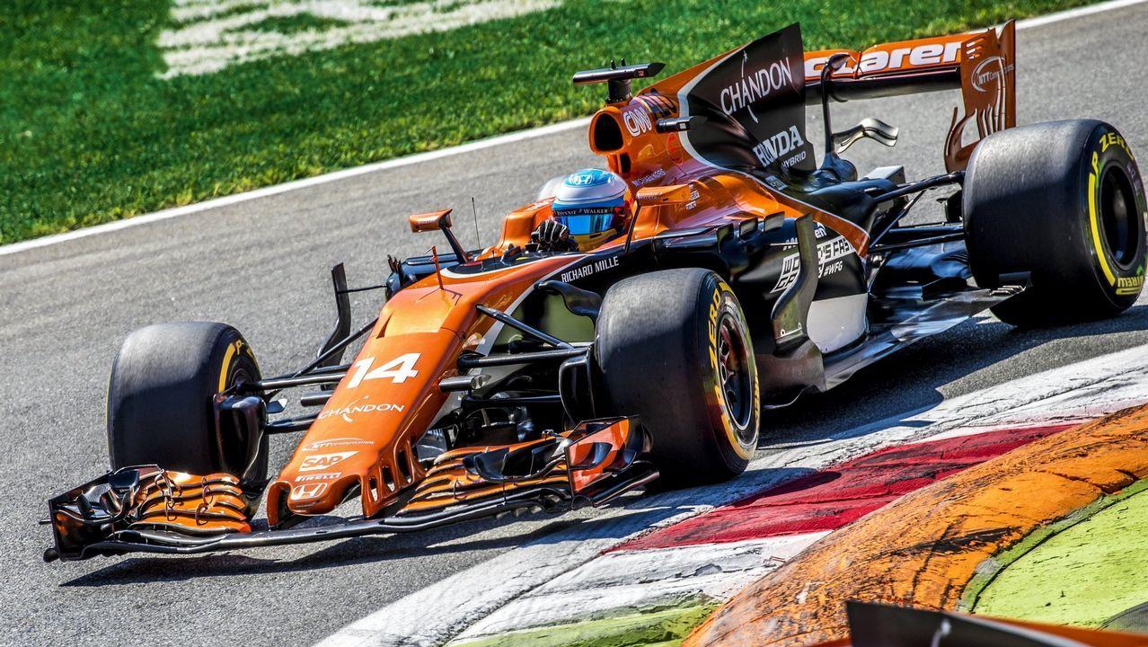 Fernando Alonso, con un miembro del equipo