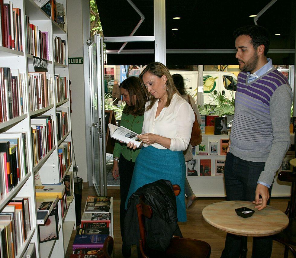 Elena Muñoz visitó ayer la única librería-café de la ciudad.