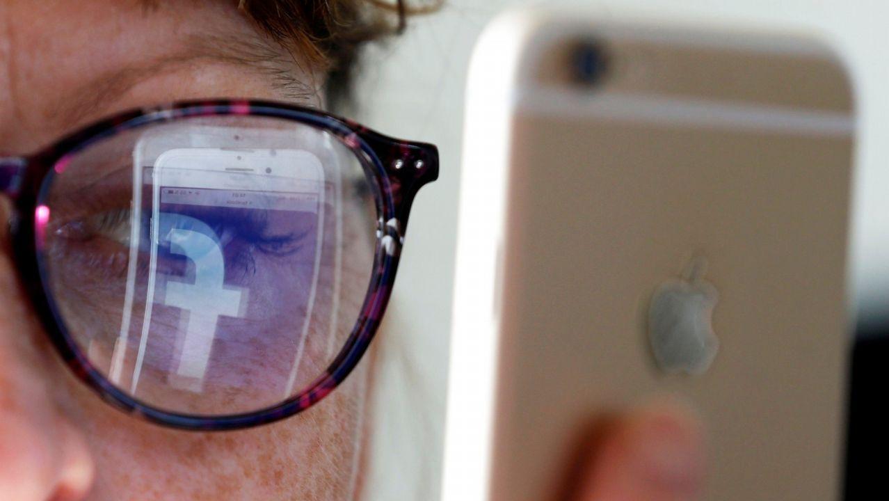 Un agente, ante el espejo y la repisa que se vieron en Facebook