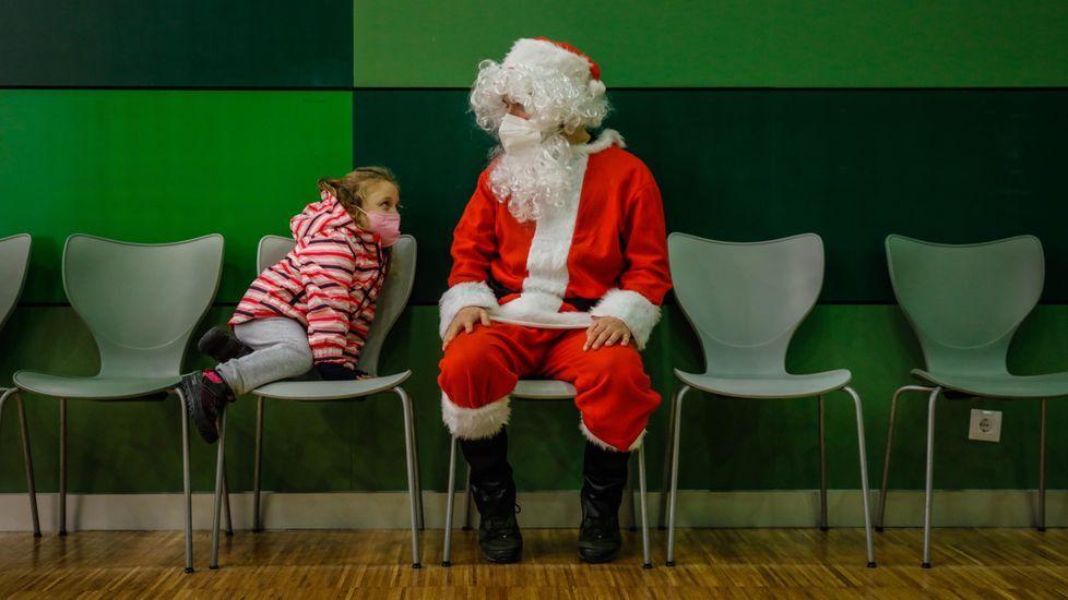Papá Noel visitó a los niños en el centro cívico de Mesoiro
