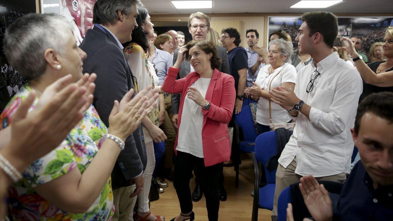 Sáenz de Santamaría, con Feijoo, en la sede del PP coruñés, donde reunió a 200 simpatizantes