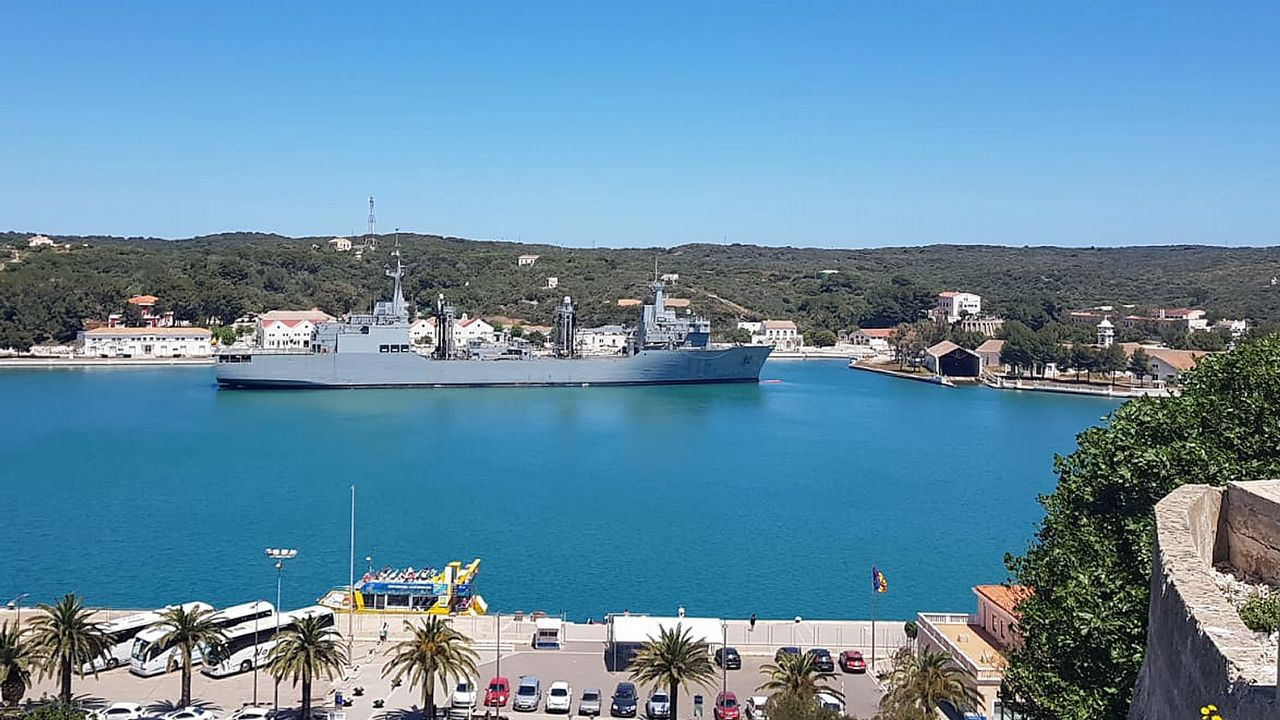 El Ejército de Tierra, sobre dos ruedas.El buque hizo escala en la capital de la isla menorquina en la navegación de regreso a Ferrol