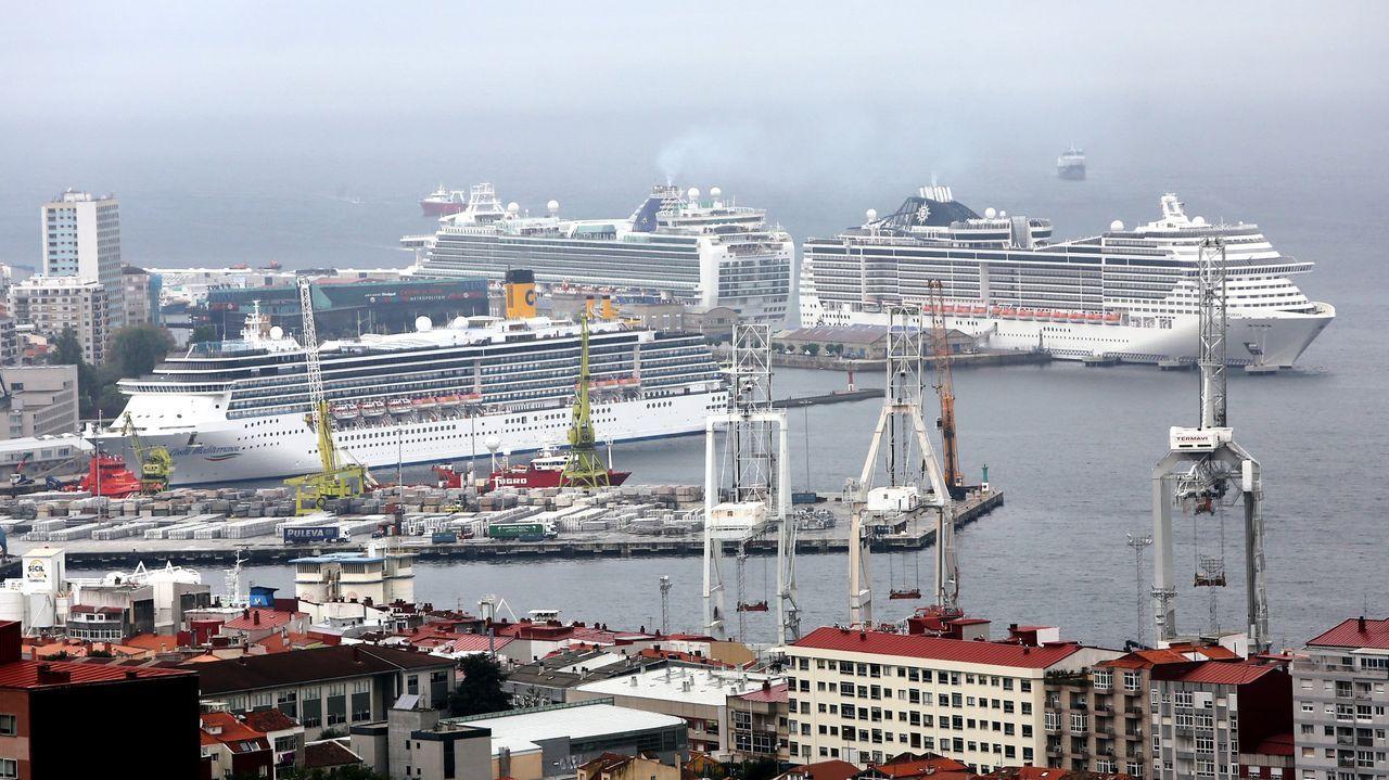 Foto de archivo de una triple escala de barcos en el puerto de Vigo
