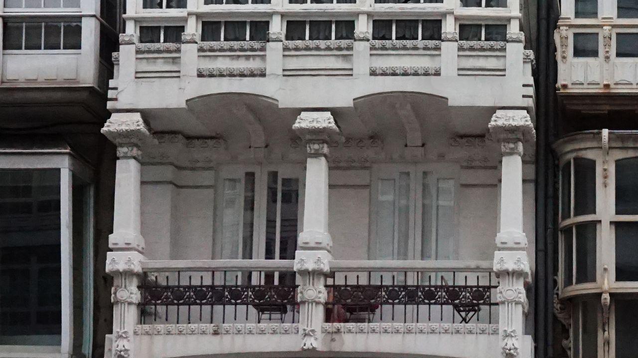 Rúa San Andrés, número 69-71. Construido en 1912 por Antonio López Hernández. «El edificio juega con la verticalidad estrechando las dos calles laterales en las que se distribuye la fachada, arqueando las últimas ventanas y exagerando la cornisa. La primera planta de balcón bajo la galería recuerdan a la Casa de Jerónima Arambillet, en la plaza de Lugo, y del mismo arquitecto», comenta Alberto Fuentes-Valcárcel