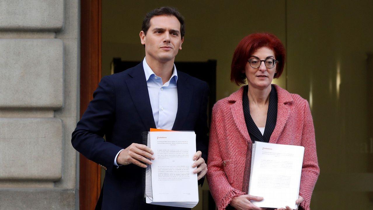 Rivera acepta «todos los debates que quieran, donde quieran».Sánchez e Iglesias, el 11 de octubre, en la firma del proyecto de ley de presupuestos para el 2019