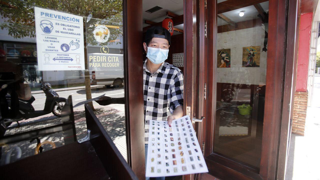 Cheng, con la carta del local de sushi que regenta en Pontevedra