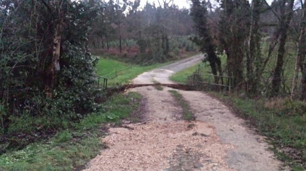 En Frades, el temporal se llevó por delante dos puentes. Uno de ellos es Ponte de Xeza, en la pista que va desde Reboredo (parroquia de Galegos) hasta Gándara (parroquia de Abellá).