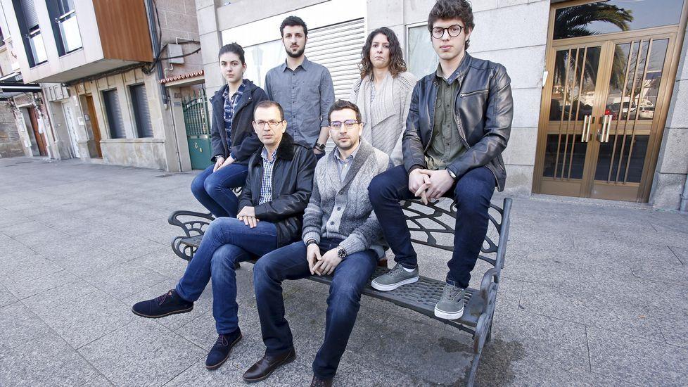 Los hermanos Ihab y Mustafa Abdulkader, con Maite y Sara, Samer y Fadi, ayer en Pontevedra.