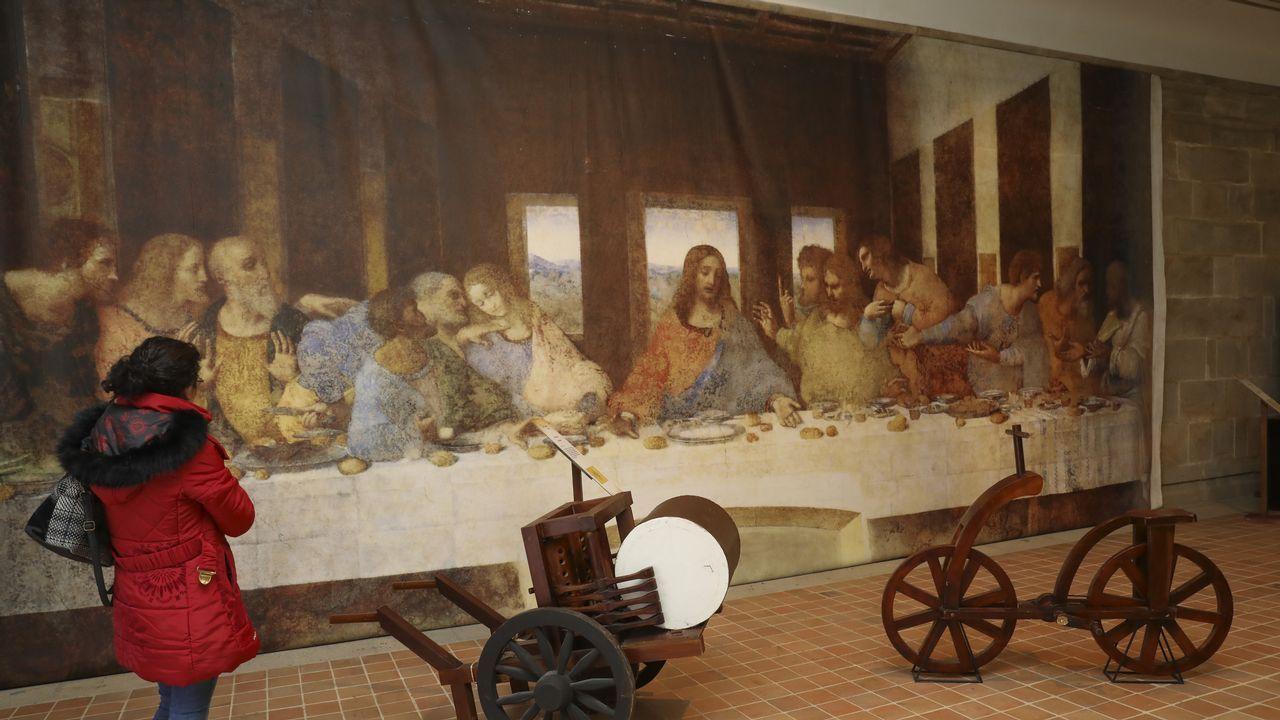Exposición de Leonardo Da Vinci en Santiago.El conservador del museo, Mathieu Deldicque, junto a la «Gioconda desnuda»