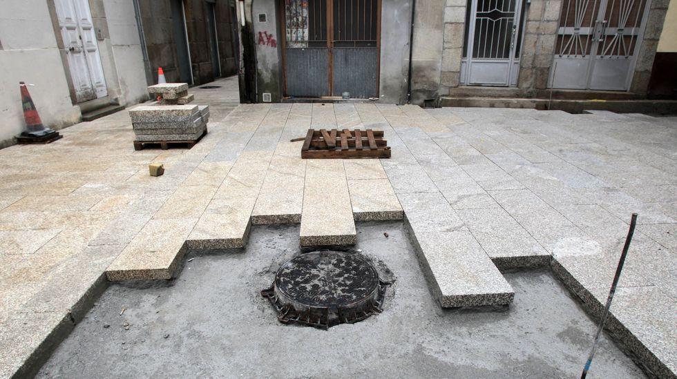 Losas de diferentes tonalidades en la zona de Armando Cotarelo donde pararon las obras