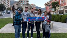 Iago y Jennifer, con su hijo Thiago y un grupo de amigos, tras el debut goleador del céltico en Wembley