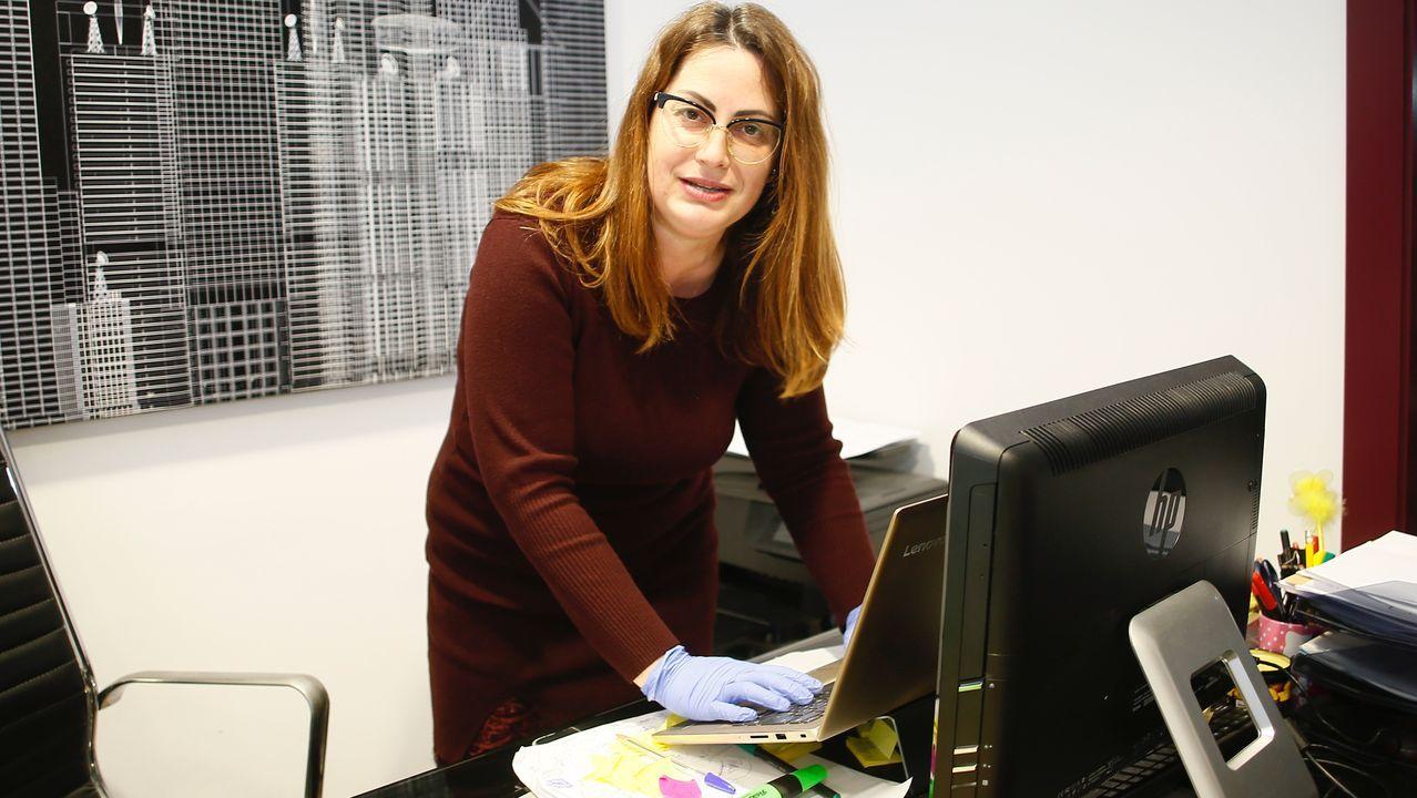 Carmen González, de Servicios Sociales San Roque, coordina la atención a los usuarios en toda A Mariña