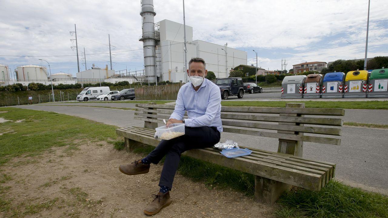 Inicio del curso en las guarderías privadas de A Coruña.Daniel Pazos trabaja en una empresa del polígono de Sabón y optó por comer de táper al lado de la playa