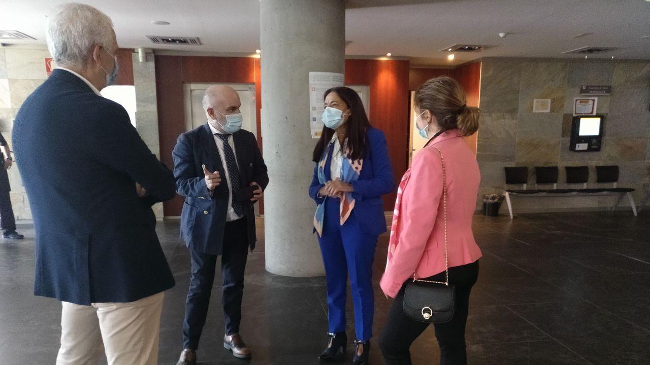 Con traje azul, la subdelegada del Gobierno en la provincia, en la reunión de este jueves con el director provincial del Instituto Nacional de la Seguridad Social